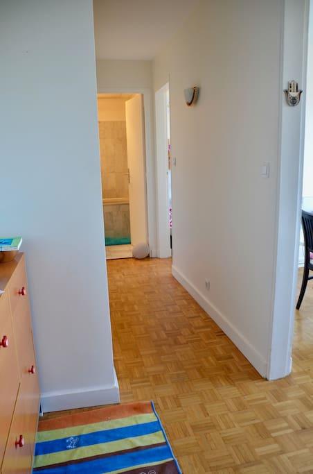 Entrée et couloir qui donne a chambre et salle de bain / Entrance and access to bathroom and bedroom