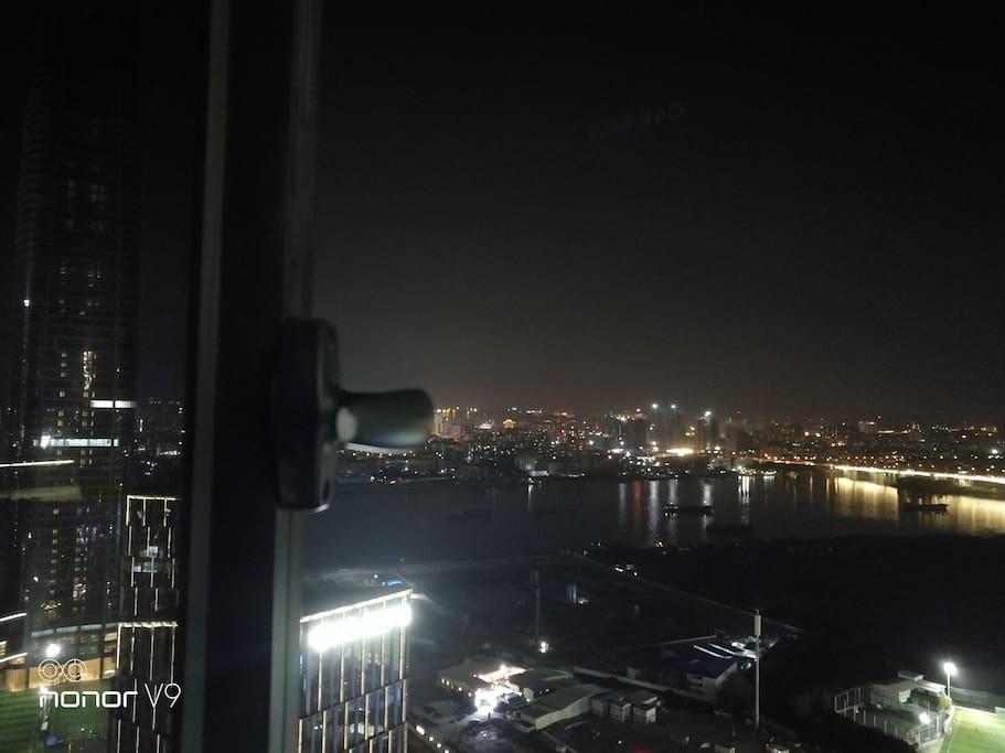 晚上在床上可以看到珠江夜景,很是享受