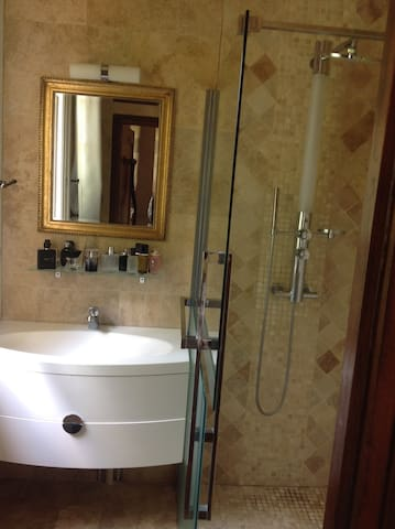 Belle chambre avec de belles prestations - Coye-la-Forêt - Casa