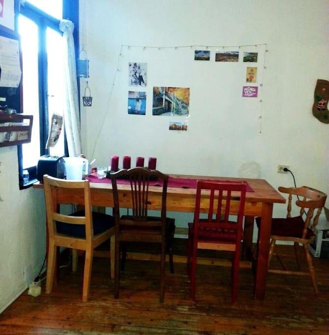 Tisch im Wohnzimmer, links ist die kleine feine Küche (table in the living room, to the left is the small but nice kitchen)