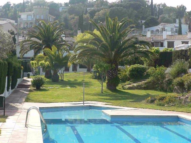 Casa con jardín, piscina comunitaria.Playa privada