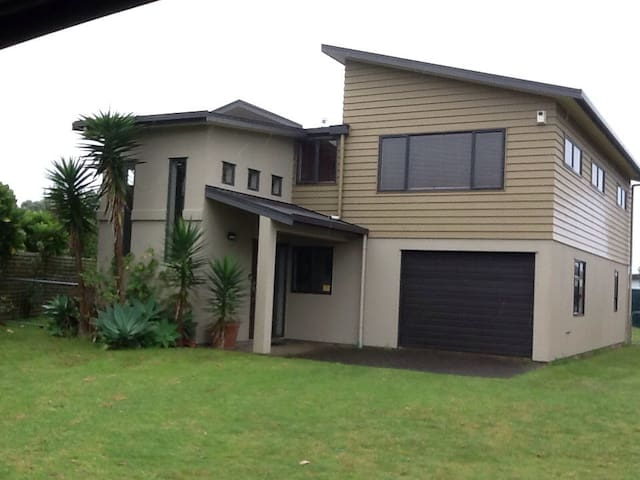 Beach house adjacent to beach. - Waihi Beach - Haus
