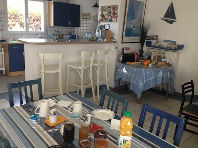 Petit déjeuner pour nos hôtes à la villa de Cazaux