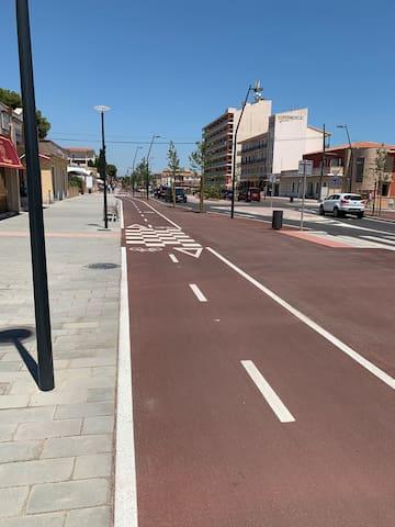 Abajo del piso, avenida principal, carril bici..