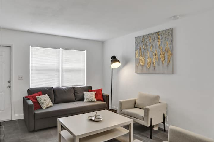 Beautiful 2BR/1BATH (24HRS GAP, SANITIZED) + FREE PARKING + Outdoor living room -  BEACHES are OPEN! CC #4