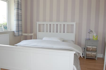A welcoming double bedroom in a friendly home - Stratford-upon-Avon - Bungalow