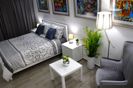 Makati Luxury Apartment U4031 Tower D with Netflix