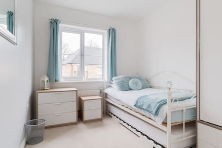 Cosy room with private bathroom, close to London