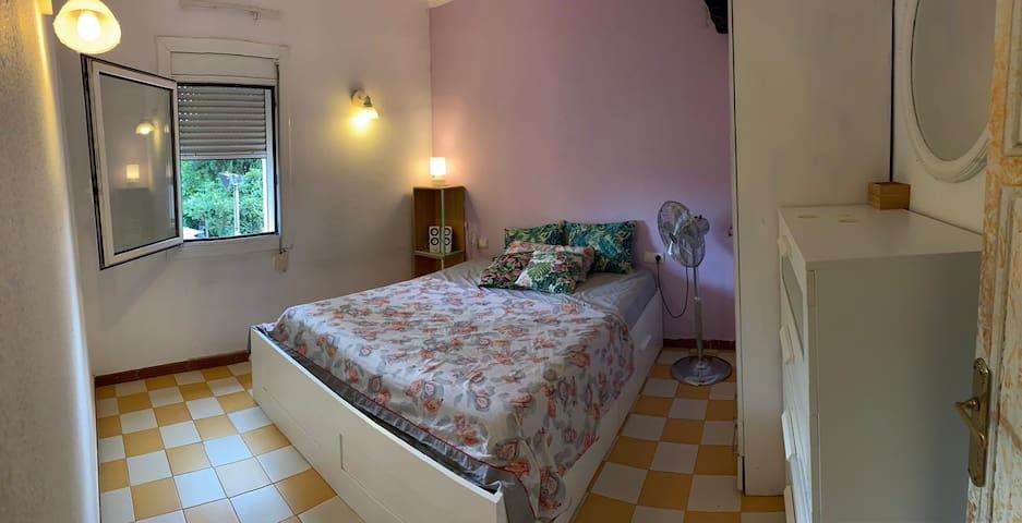 Perfect Room near Park Güell, & Bus station!