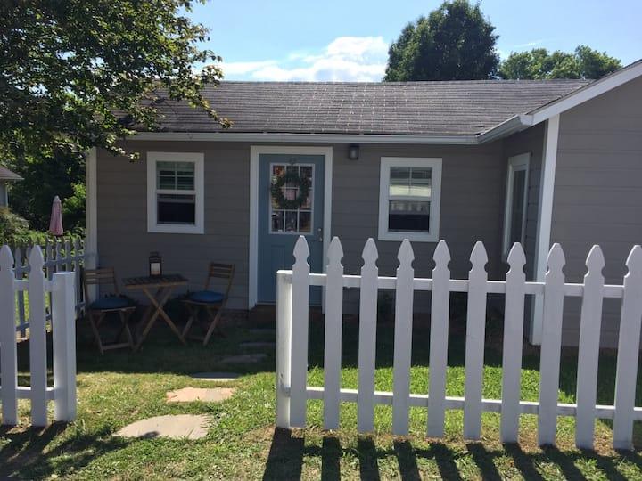Downtown Weaverville Cottage