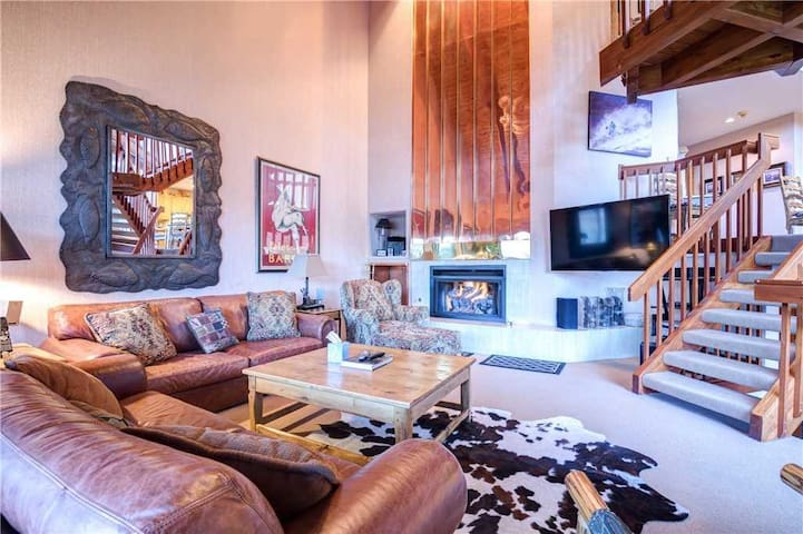 Pinnacle #1484: Affordable 4 bedroom + den in lower Deer Valley! Free Shuttle to lifts! Private hot tub!
