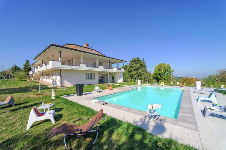 Lujosa villa en Tavullia con piscina privada