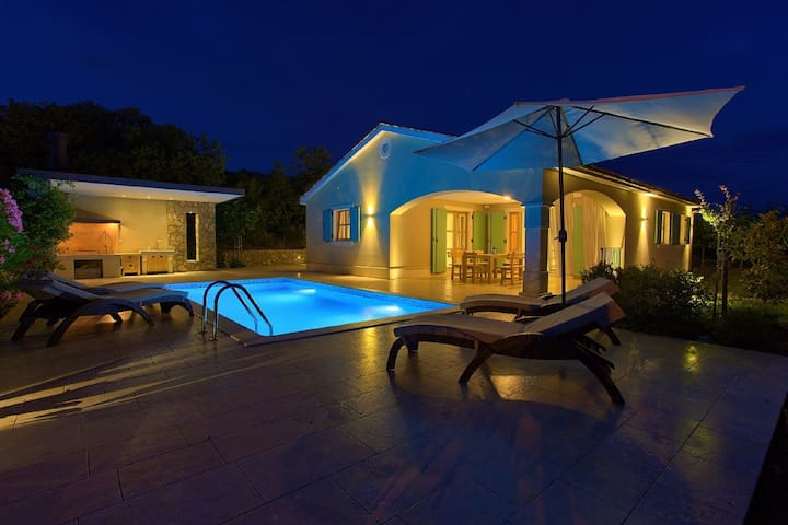 Alluring Villa in Kras with a Swimming Pool