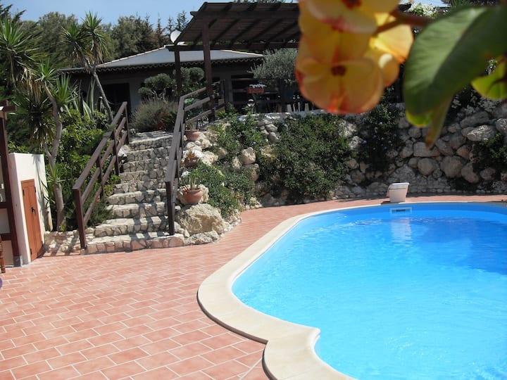 Giallonardomare- Villetta bifamiliare con piscina