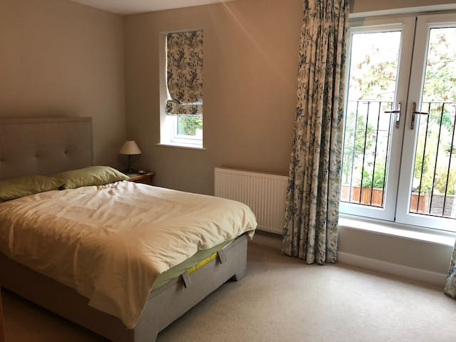 Large bedroom with en-suite in Brookmans Park