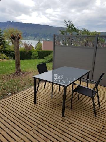 Studio en rez de jardin, vue lac et jacuzzi