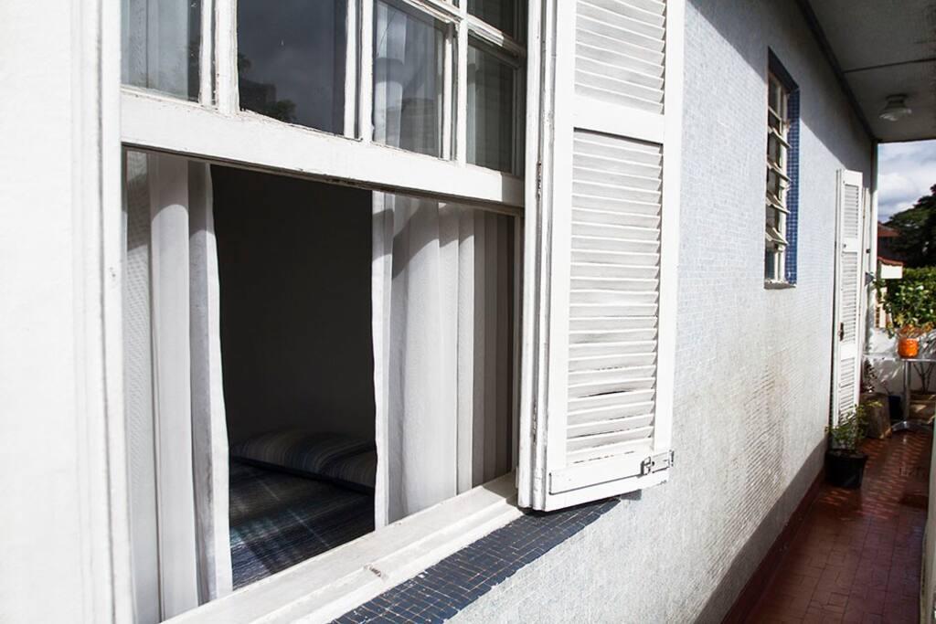 Janela do quarto de hóspedes para a varanda.