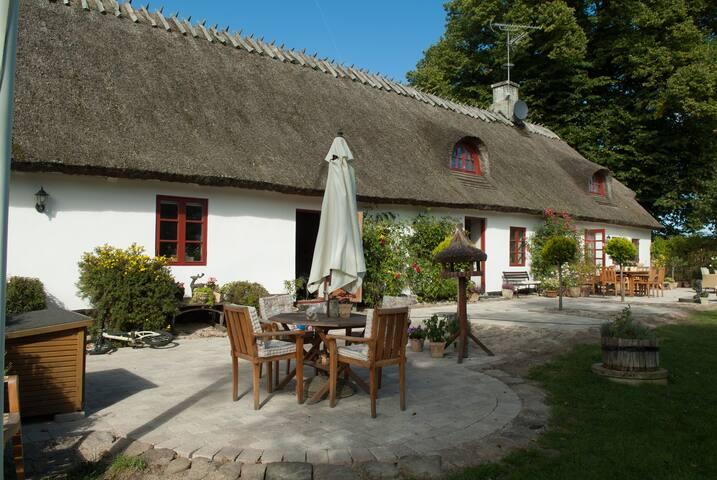 Dejligt værelse i charmerende gl. stråtækt ejendom - Tikøb - Casa