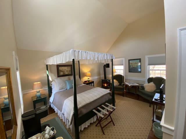 PRIVATE, Relaxing, COZY Suite # 1, Old Mystic CT