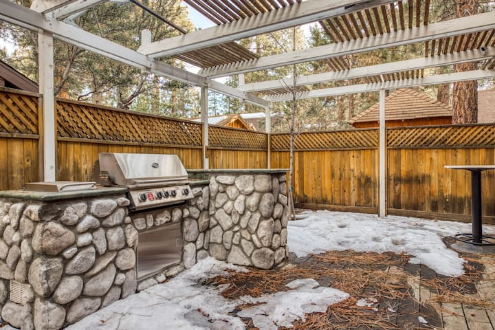 Lovely and spacious home with outdoor dining and grill area!