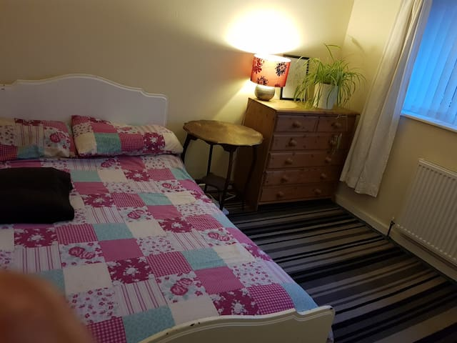 Good sized double room in North Leeds with owner