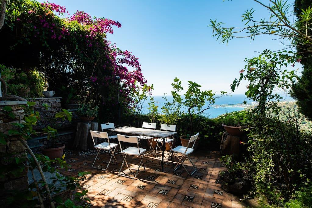 Villa Garden dining area