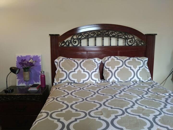 Quiet, cozy private bedroom close to PHL Airport