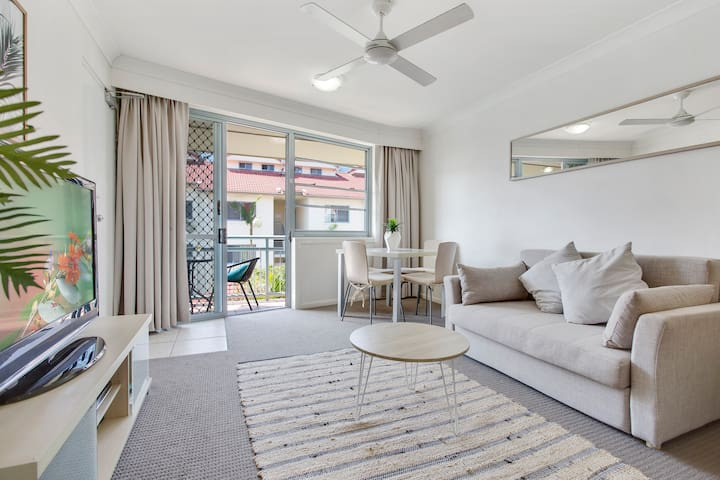 Plenty of space to work, rest and play, right on the door step of the beach, cafe's and restaurants of famous Coolangatta!