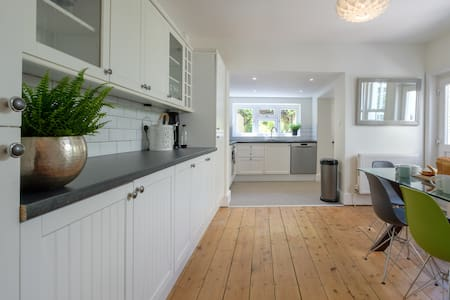 5 Bedroom holiday home minutes from the beach