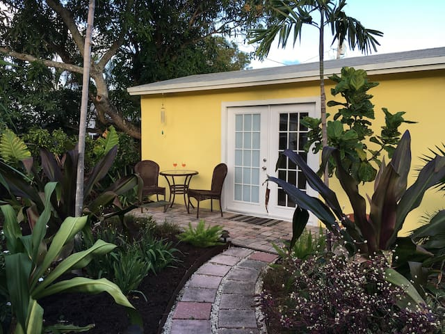 Tropical Guesthouse for 1, Clean, Cozy, Convenient - West Palm Beach - Hospedaria
