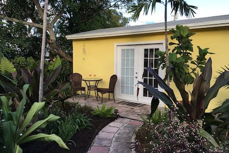 Tropical Guesthouse for 1, Clean, Cozy, Convenient - West Palm Beach