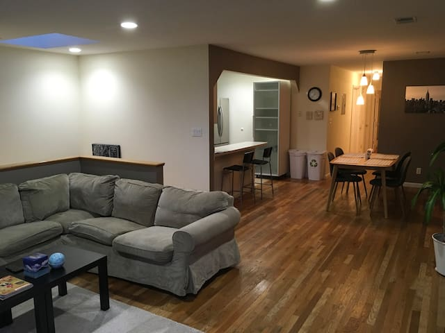 Beautiful 1BD apt with Skylights - For Couples