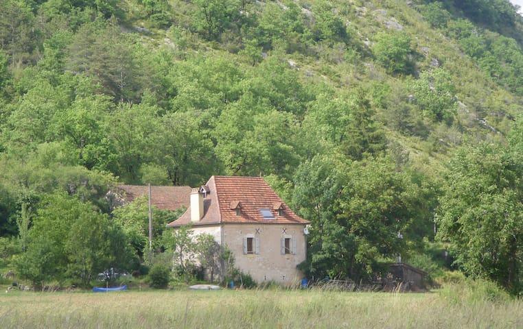 Charmante maison quercinoise proche de la rivière