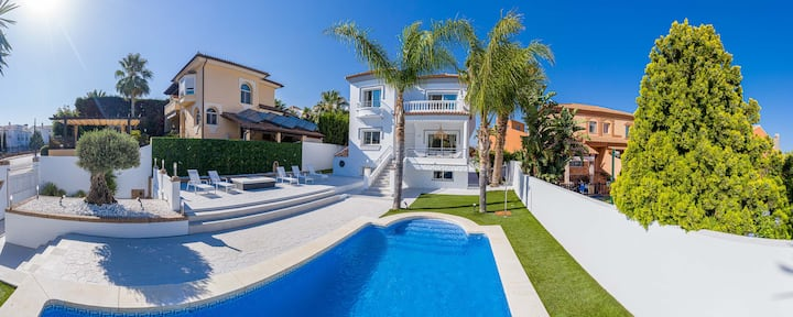 Family Home Private Pool BBQ & Patio | Cinema 5BR