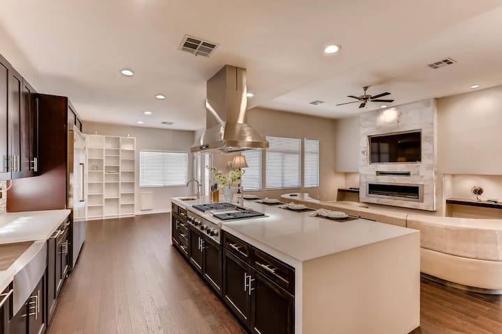 Modern Luxury minutes from Downtown Summerlin