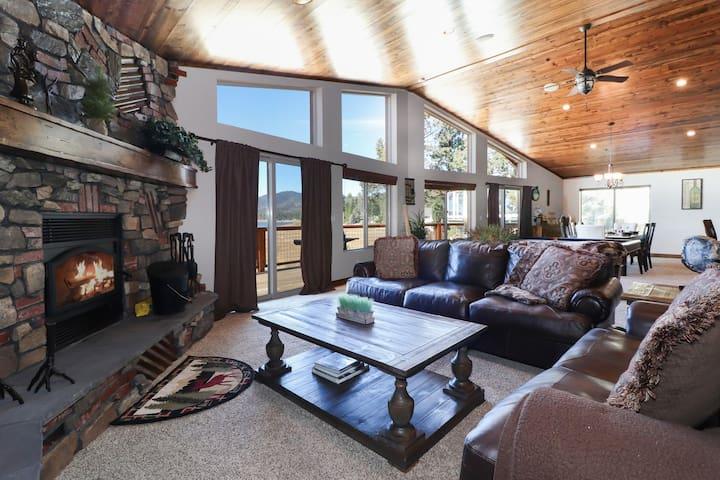 Black Bear Lodge: Luxury! Lakefront! Hot Tub! Pool Table! Minutes to Snow Summit!