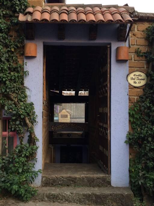 Puerta de entrada. Entrance door.