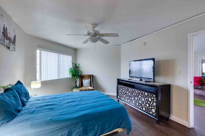 (C403) Across from Conv Ctr/Apt for 6/By Strip!!