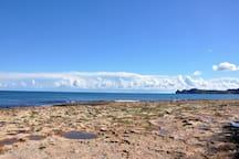 Vista de la bahía de Jávea frente al apartamento con el cabo de San Martín o cap Prim