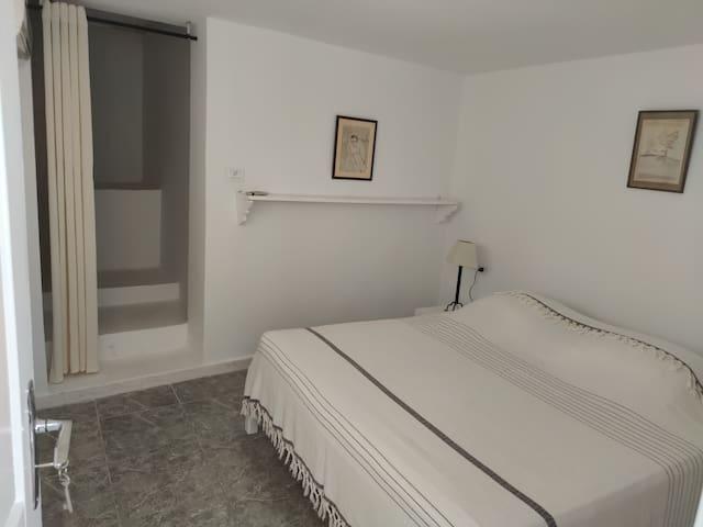 Une chambre à coucher climatisée sereine et zen avec dressing