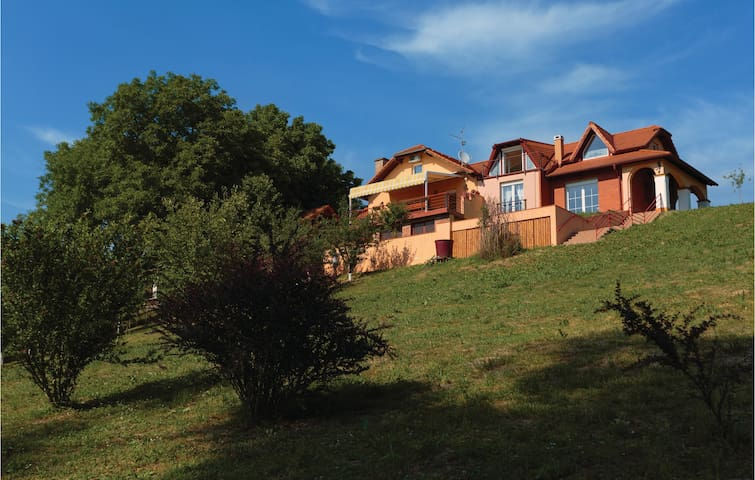 Holiday cottage with 4 bedrooms on 221 m²