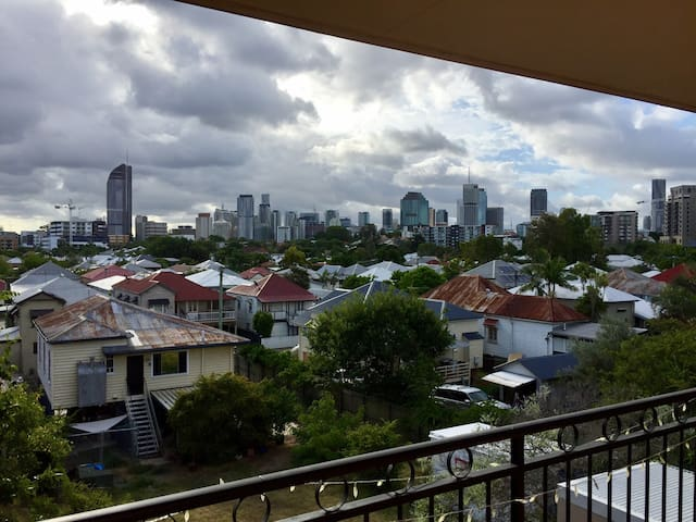 Modern bedroom close to the City - East Brisbane - Apartemen