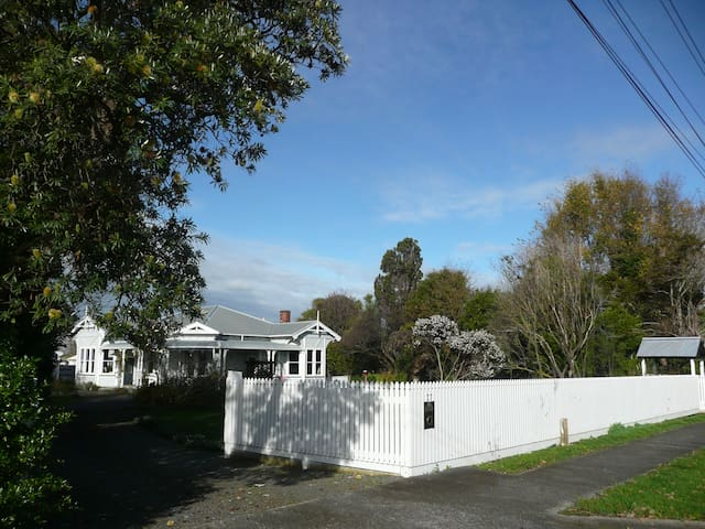 Pukepapa Lodge upmarket B & B -Red Room (1 of 2) - Marton - Villa