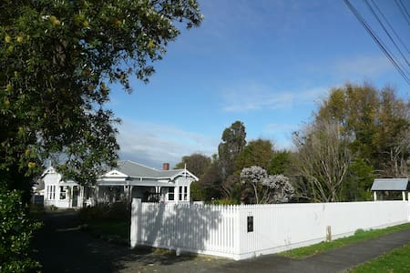 Pukepapa Lodge upmarket B & B -Red Room (1 of 2) - Marton - 别墅