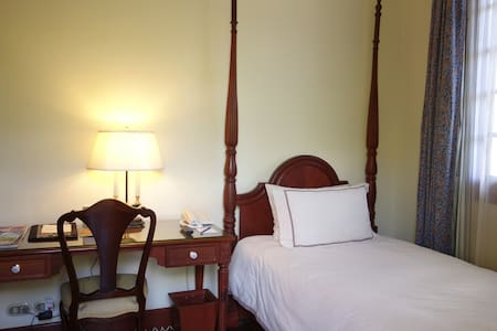 Cozy room in a colonial mansion - Vientiane - Bed & Breakfast