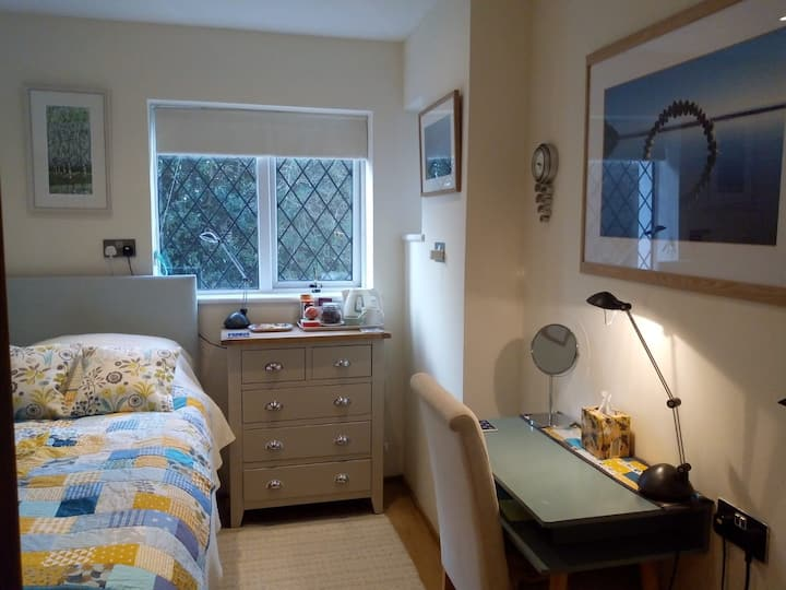 Cosy room, contemporary cottage, 5 mins to MPH.