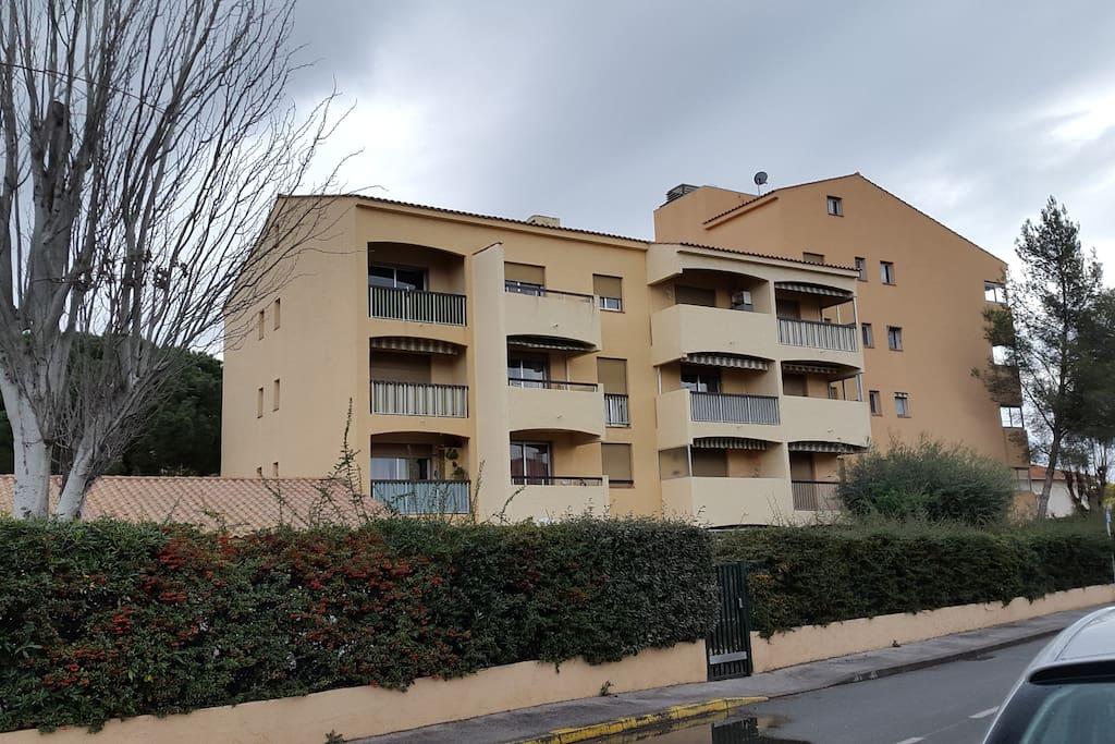 Vue immeuble de l'extérieur, balcon 3ème étage à gauche