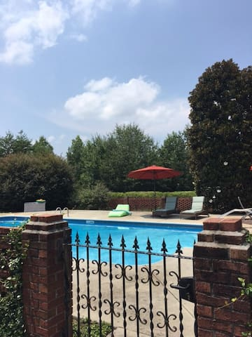 Country Retreat close to Clemson. Fire pit. Pool.