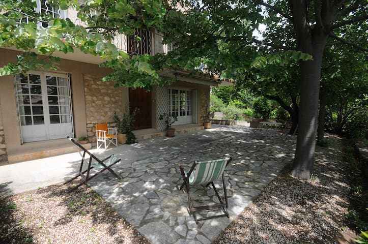 Rez de chaussée villa jardin et piscine (wifi)