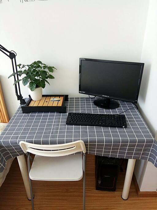 房间里面带有一张书桌。书桌上有台灯。